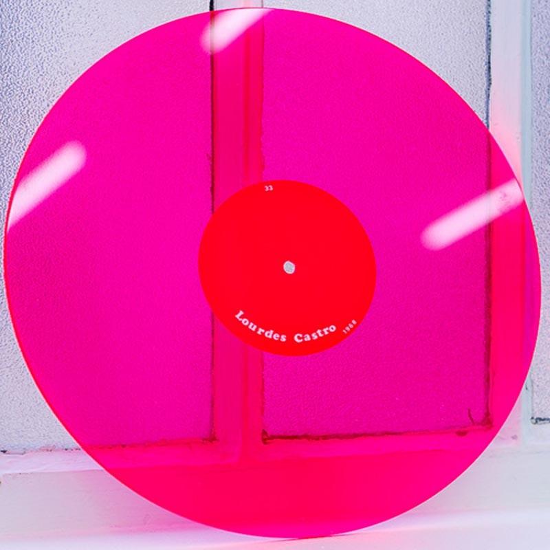 Le disque en Plexiglas® sérigraphié de Lourdes Castro