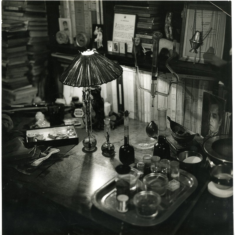 """photographie du bureau de Yolande Fièvre et du matériel lui servant à réaliser ses """"Oniroscopes"""""""