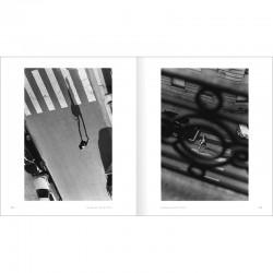 """double page en noir et blanc du livre de Bernard Plossu """"Paris"""""""