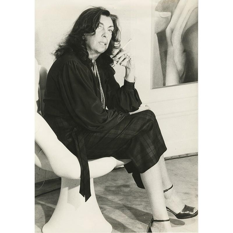 Portrait en pied d'Iris Clert, photographiée par de Jacques Robert